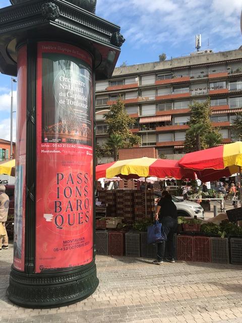 Une colonne présentant le festival Passions Baroque à Montauban